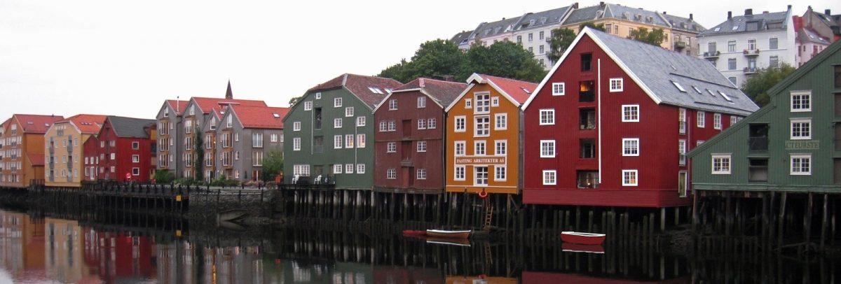 Häuserzeile am Kanal in Norwegen